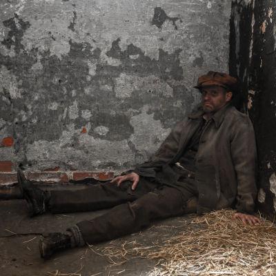 Lasse Grönroos som röd fånge i cell på Sveaborg.
