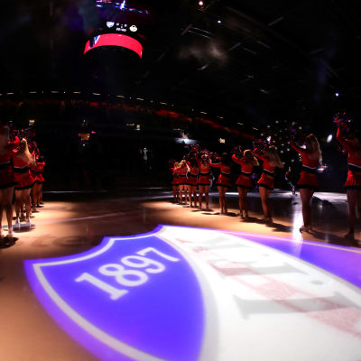 HIFK:s cheerleaders på isen