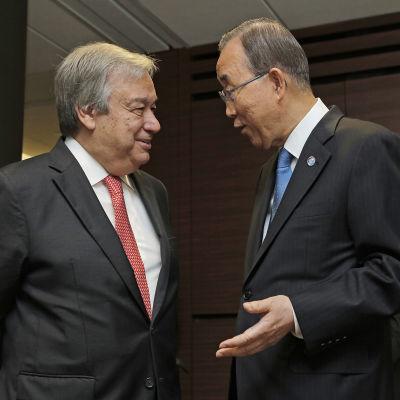 FN:s nya generalsekreterare António Guterres och företrädaren Ban Ki-moon i New York den 13 oktober 2016.