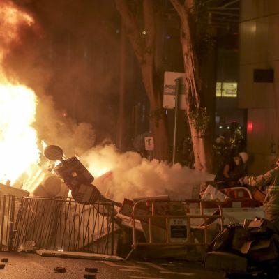 Demonstranterna byggde en väldig brannande barrikad i centrala Hongkong.