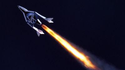 SpaceShipTwo tänder sin raketmotor och lyfter mot rymden.
