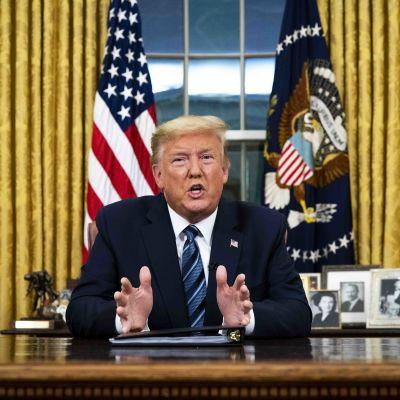 Donald Trump håller tal i Vita huset.