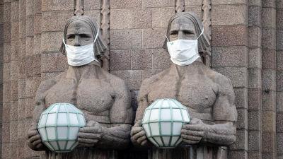 Munskydd på granitskulpturerna på Helsingfors centralstation.