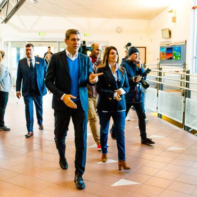 Islands statsminister Bjarni Benediktsson anländer till en vallokal tillsammans med sin fru Thora Margret Baldvinsdottir.