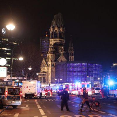 Ambulanser och polisbilar efter att en långtradare kört in i en julmarknad på Breitscheidplatz i Berlin.