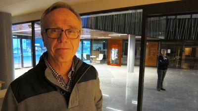 Jouko Högmander berättade om den utredning Forststyrelsen gjort om en nationapark i Porkala på en infokväll i kommunhuset.