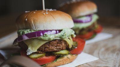 Kaksi vegaanista hampurilaista.