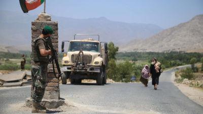 En soldat vaktar infarten till staden Alishang i Laghman-provinsen efter att elitstyrkor återtog staden från talibangerillan.