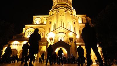 Människor står på ett par meters avstånd till varandra och deltar på så sätt i påskgudstjänst vid katedralen i Tbilisi, Georgien.