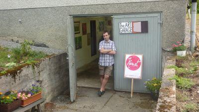 Alan Hogan står utanför sitt art garage