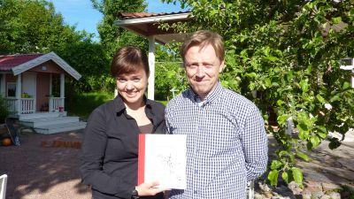 Kim Björklund ger ut boken Från Svartå till Fiskars. Här tillsammans med Fredrika Åkerö.