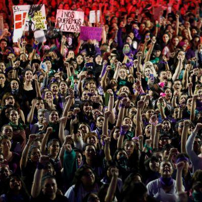 Demonstranter i Guadalajara i Mexiko.