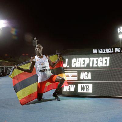 Joshua Cheptegei löpte ny världsrekordtid.