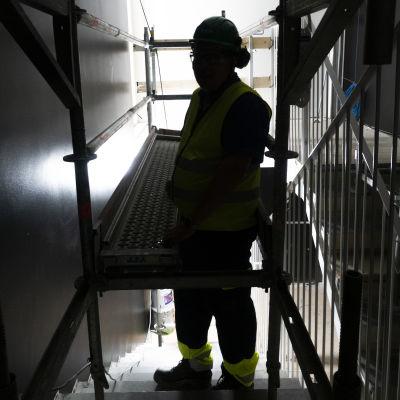 Uutiskuvaaja Antti Lähteenmäki esittää pimeän työn tekijää