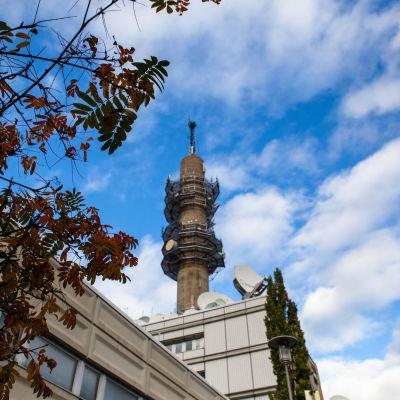 Ylen linkkitorni pihalta kuvattuna 13.10.2020.