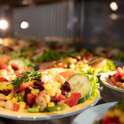 Lautasia, joilla on vegaaniruoka-annoksia.