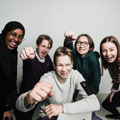 Viisi nuorta Ylen uutisluokkalaista.