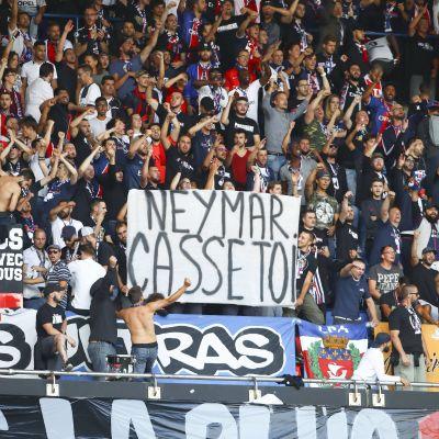 PSG-anhängarna visar upp ett plakat som uppmanar Neymar att lämna.
