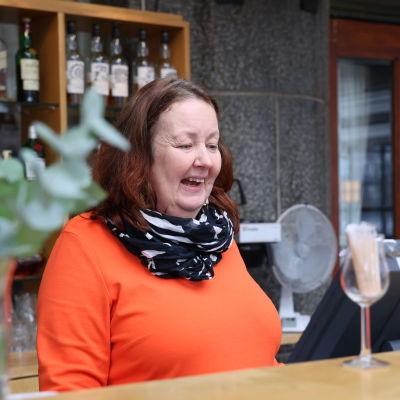 Joensuun Teatteriravintolan ravintoloitsija Karina Sälting seisoo myyntitiskin takana.
