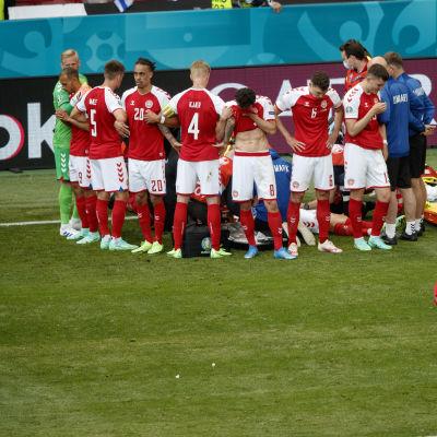 Tanskan pelaajat peittivät näkyvyyttä joukkuekaverinsa Cristian Eriksenin suuntaan.