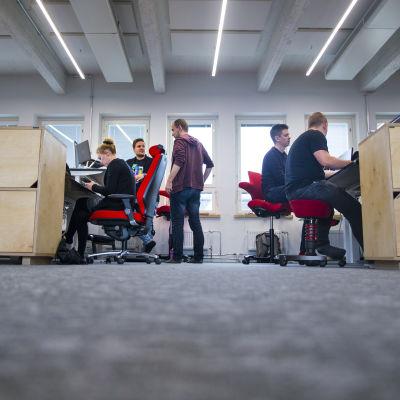 Työntekijöitä Fraktion toimistossa.