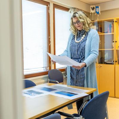 Kyyjärven kunnanjohtaja Tiina Pelkonen tutkii tuulivoimapuiston suunnitelmia.