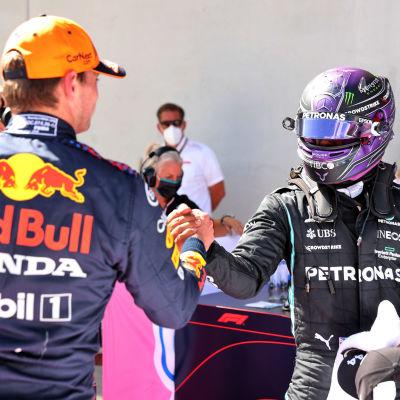 Max Verstappen skakar hand med Lewis Hamilton.