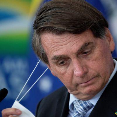 Presidentti Jair Bolsonaro poisti maskin kasvoiltaan kesiviikkona, kun hän alkoi puhua tiedotustilaisuudessa.