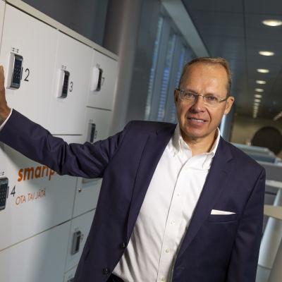 Posti Groupin toimitusjohtaja Heikki Malinen pakettiautomaatin vieressä Posti Groupin pääkonttorissa Helsingissä.