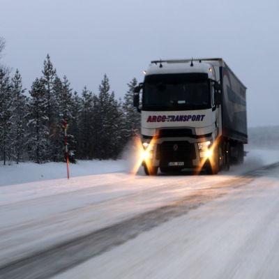Rekka ajaa Kilpisjärventietä eli Valtatietä 21 Lapissa talvisissa olosuhteissa.
