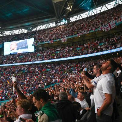Englantilaiskannattajien meri jalkapallon EM-kisojen loppuottelussa