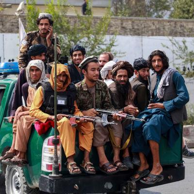 Taliban-joukkio auton lavalla Kabulissa 23. syyskuuta.