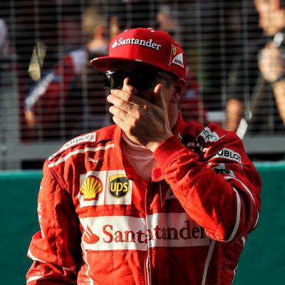 Kimi Räikkönen håller sig för munnen