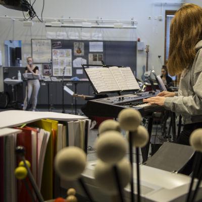 Musiikkiluokan oppilaita soittamassa ja laulamassa