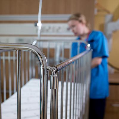 Sairaanhoitaja valmistelemassa sänkyä potilashuoneessa, Uusi lastensairaala, Helsinki, 8.7.2019.