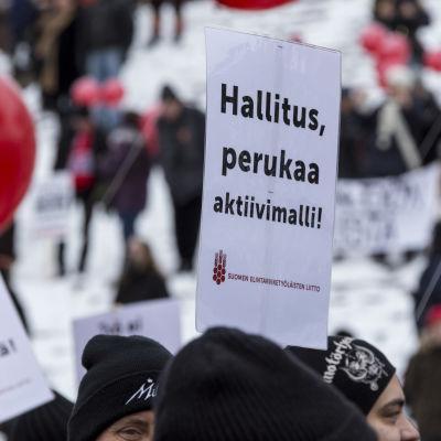 Aktiivimallia vastustava mielenosoitus Helsingin Senaatintorilla.