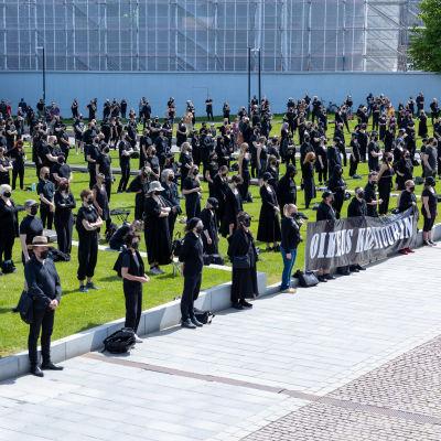 Kulttuuriväen mielenosoitus eduskuntatalon edessä 3.6.2021
