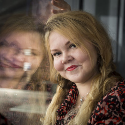Katja Kettu ikkunan ääressä.
