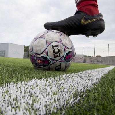 En fotboll på en konstgräsplan.