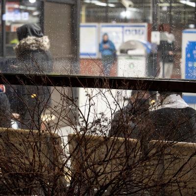 Nuoret hengailee metroasemalla