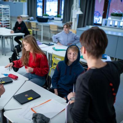 Yhdeksännen luokan oppilaita englannin kielen opetuksen tunnilla, opettajana lehtori Katariina Pekuri, Riihikallion koulu, Tuusula, 15.1.2019.