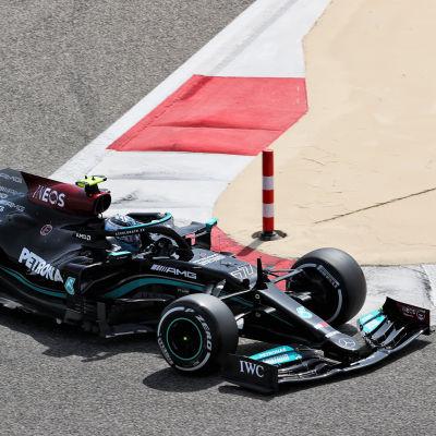 Bottas kör sin Mercedes under vintertesterna i Bahrain.