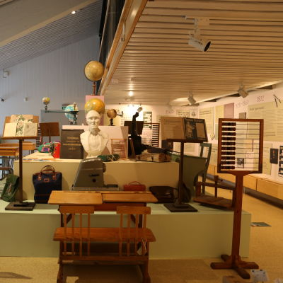 Interiör från utställning på museum.