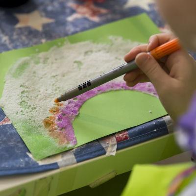 Lapsia englanninkielisessä Laugh & Learn-päiväkodissa.