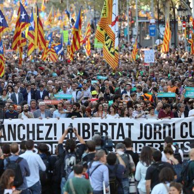 Tusentals människor som marscherar i Barcelona.