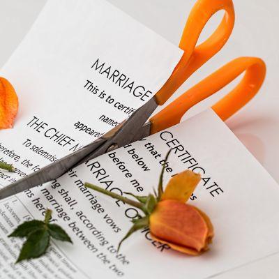 Äktenskapscertifikat klipps itu med sax.