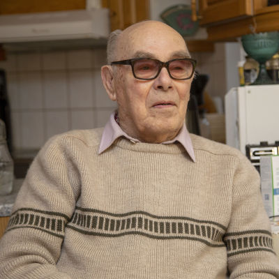 Carl-Johan Fagerström sitter i ett kök.
