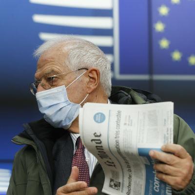 Josep Borrell pitää lehdistötilaisuutta videokokouksen jälkeen