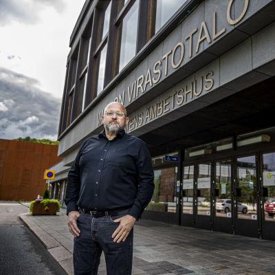 Heikki Mäki framför ämbetshuset i Åbo.