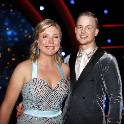 Maren Lundby på bild med dansparet Philip Raabe.